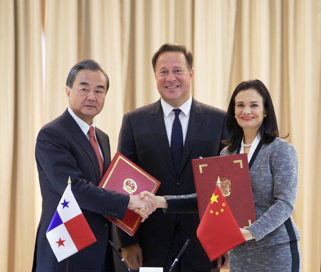 巴拿馬政府宣布簡化中國公民赴巴拿馬簽證手續。圖為中國外交部長王毅(左)、巴拿馬總...