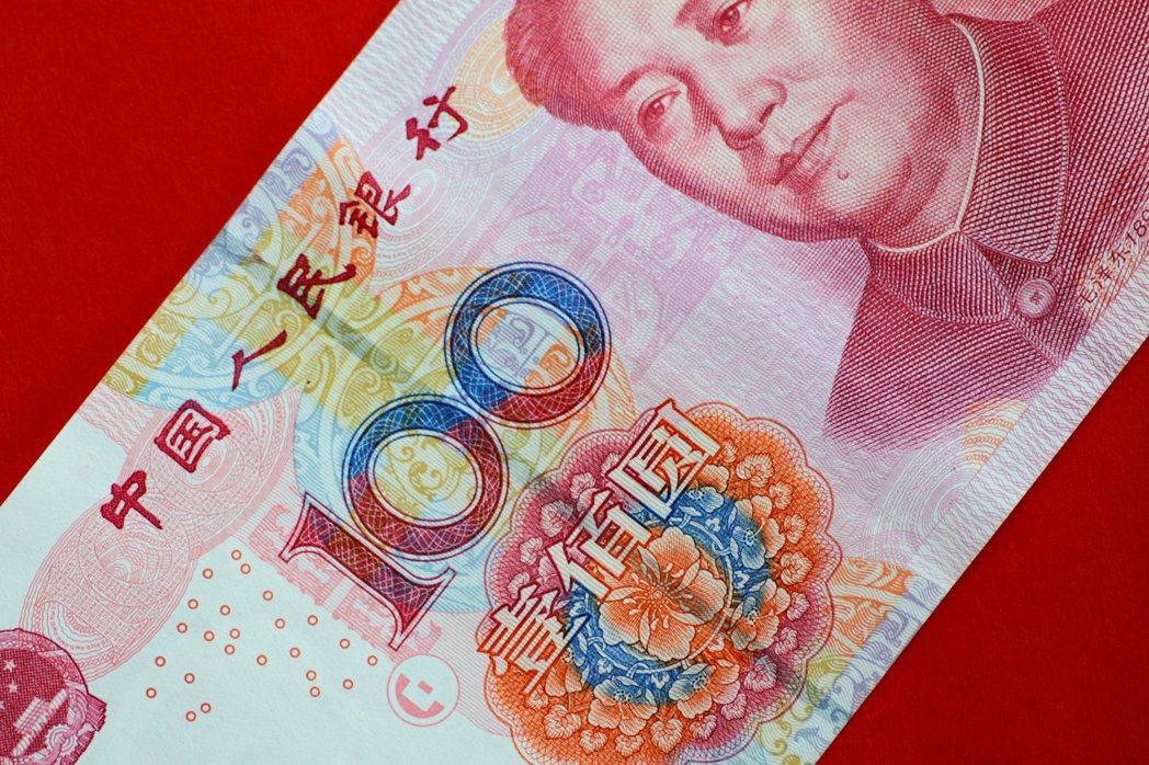人民幣「入籃」滿一年之際,已有60多個國家和地區將人民幣納入外匯儲備。路透