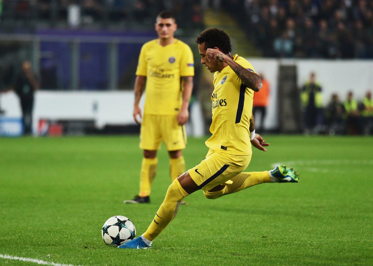 內馬爾任意球直接竄入球門。路透 路透