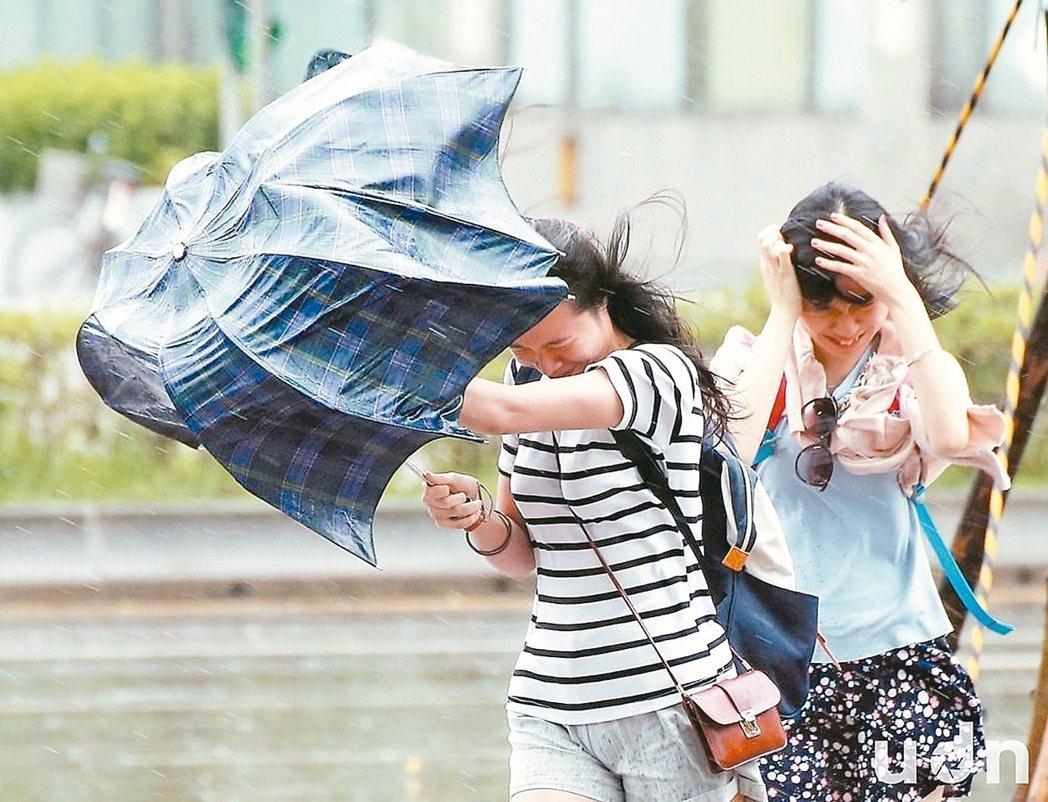 颱風天冒著狂風暴雨出門上班,是上班族最辛苦的時刻。立委提案修法納入天災假、颱風假,但勞動部一概持保留態度。 報系資料照