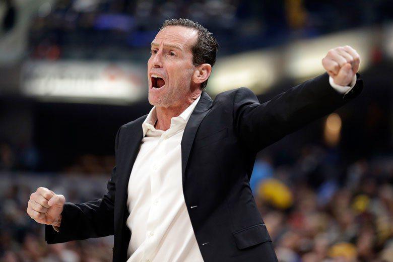 看到籃網空有4成的高三分球命中率,但團隊卻不斷發生失誤,總教練亞特金森在場邊顯得...