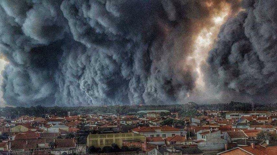 葡萄牙接連幾月發生森林大火,其中一火場,火勢撲向城鎮Vieira de Leir...