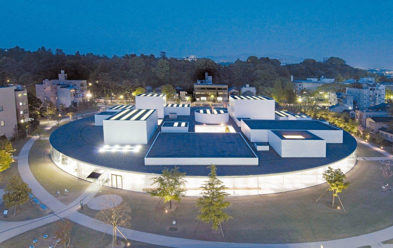 金澤「21世紀美術館」夜景,其造型像圓形幽浮。記者林政忠/攝影