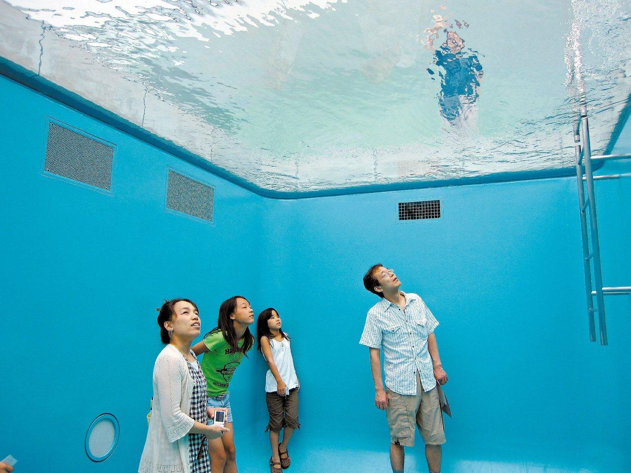 「咦?頭頂上有人?」這是金澤21世紀美術館著名的作品「游泳池」。記者林政忠/攝影