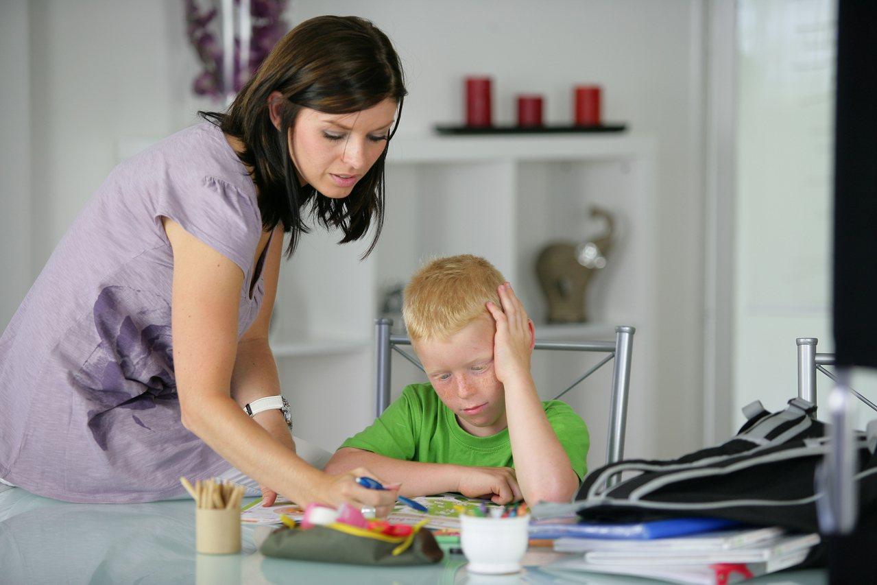 有家長陪小孩念書寫作業,急到腦溢血、心肌梗塞。示意圖。圖片來源/ingimage
