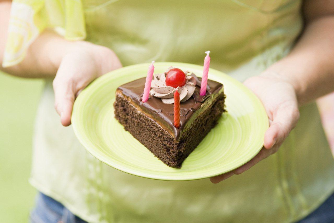 一名女網友上網投訴餐廳員工故意不把甜點放在盤子內,卻遭店員po文反駁其「奧客」行...