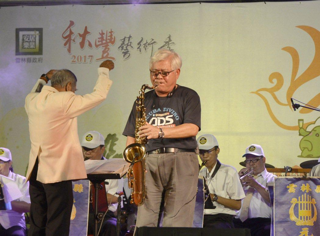 雲林縣長李進勇(右),常在晚會等活動即興吹上一曲。 記者胡瑋芳/翻攝