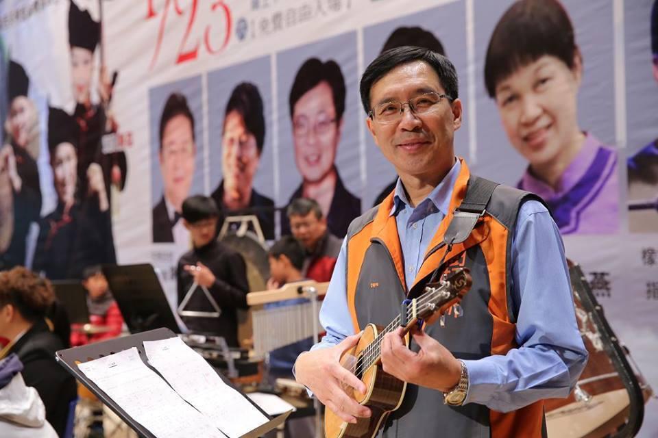 新竹縣議員郭遠彰會吹薩克斯風、口琴,彈電子琴和烏克麗麗等,在新竹推廣音樂是他的夢...