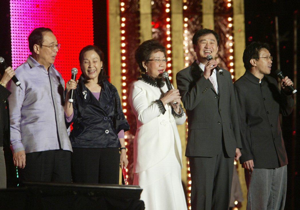 台北市副市長陳景峻(右二)有好歌喉,曾在演唱會中和副總統呂秀蓮(右三)等人合唱「...