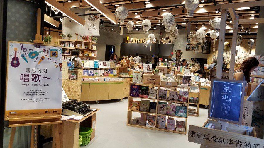突破機構把書廊空間變成免費空間,客人也可以在連結的咖啡廳點一杯好咖啡再讀一本好書...