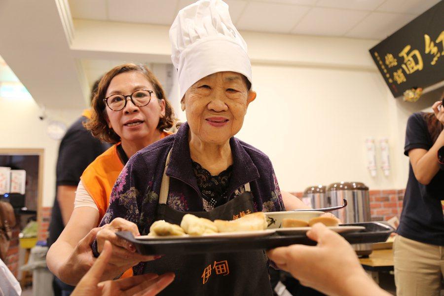 伊甸基金會首辦「失智食堂」,80歲的靜子奶奶成為一日店員,在志工攙扶下,開心為客...
