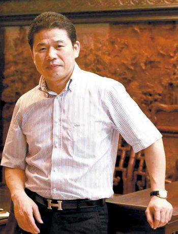 福建省古典工藝家具協會會長黃福華。