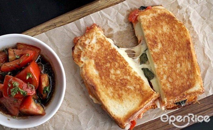 ▲瑪格麗特披薩吐司三明治NT$320元。使用新鮮羅勒,配上自製番茄醬、番茄、 、...