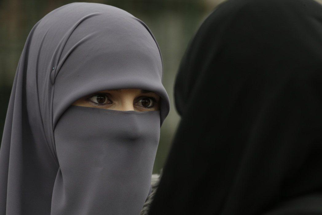 穆斯林女性穿戴只露出雙眼的「尼卡伯」面紗。美聯社