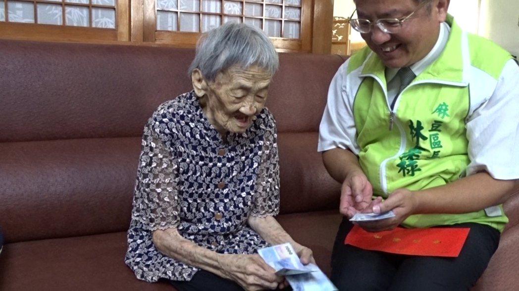 台南麻豆101歲王黃聖(左),身體硬朗10多年沒用健保,頭腦清晰,「數鈔票」功夫...