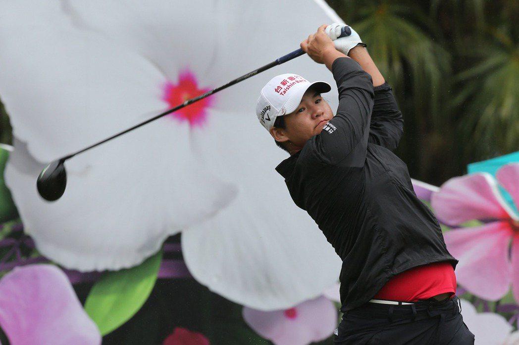 裙擺搖搖LPGA高球賽,前球后曾雅妮在風雨中開球。記者許正宏/攝影