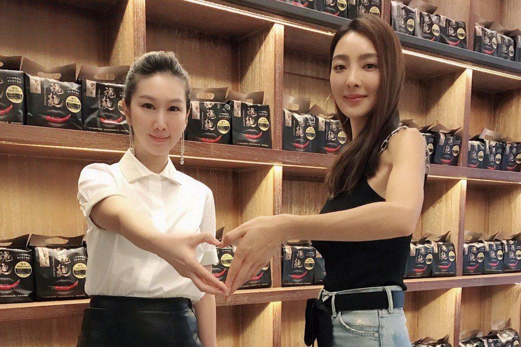 吳速玲(右)和好友一起賣即食麵。圖/金博家提供