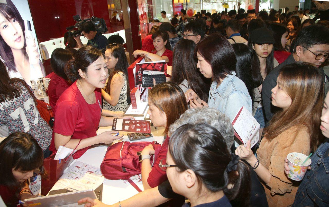 新光三越周年慶,民眾搶購優惠商品。記者陳瑞源/攝影
