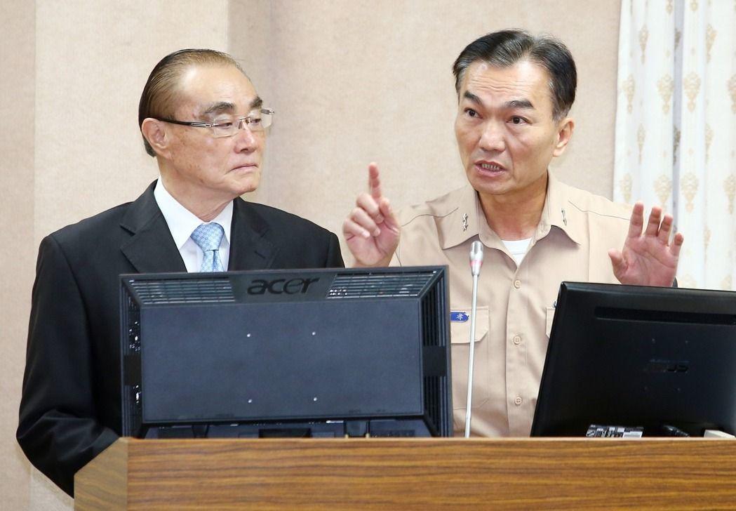 國防部長馮世寬(左)與海軍司令部參謀長李宗孝中將上午在立法院國防委員會接受備詢。...
