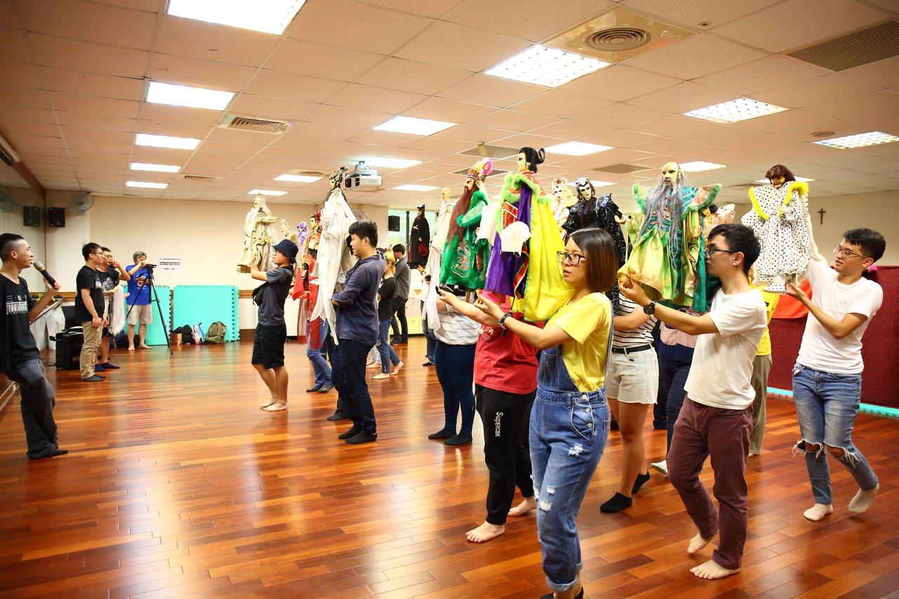 三昧堂創意木偶團隊教大家用英文跟外國朋友介紹布袋戲文化。圖/三昧堂提供