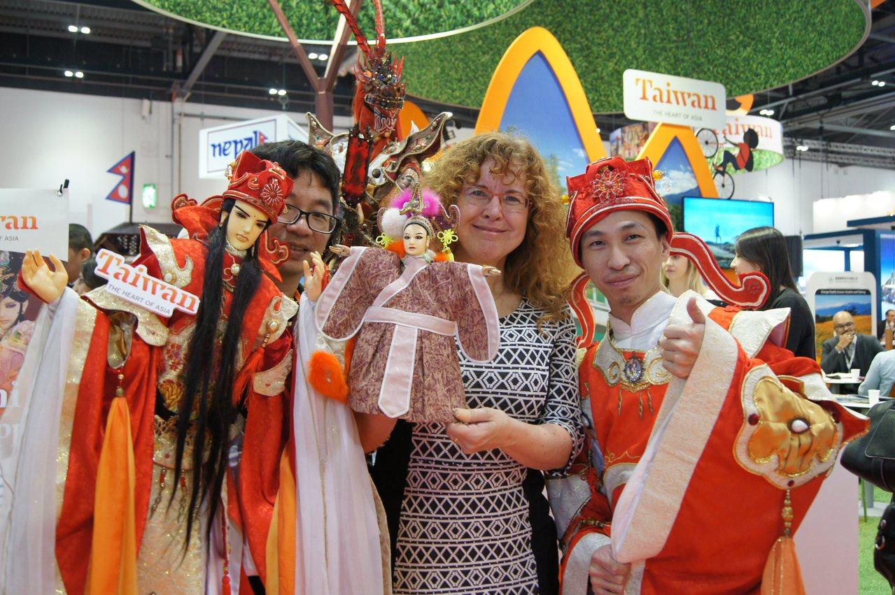 Tianguan(天官)在各國展出時都是最佳的親善大使。圖/三昧堂提供
