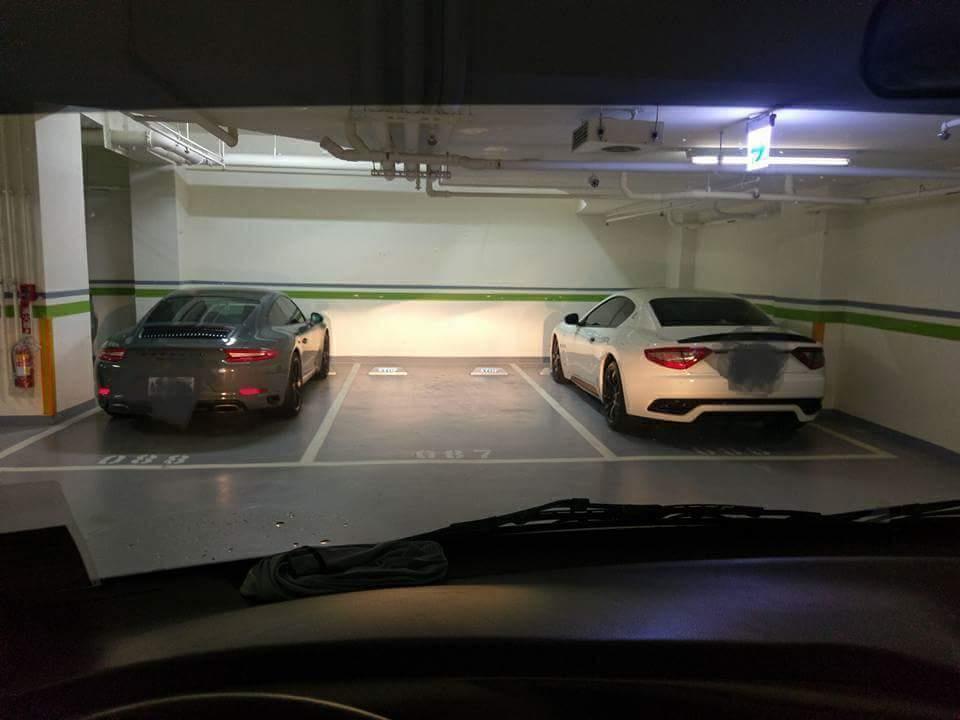 兩輛千萬超跑之間的停車格 你停還是不停?網熱議