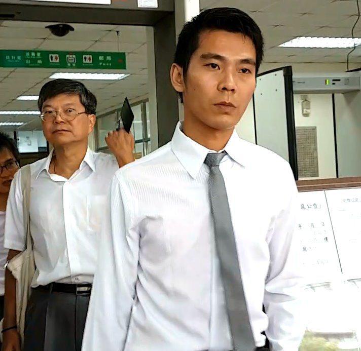 新北市前副市長許志堅(左)收受賄賂615萬元,並以兒子許士耘(右)的帳戶作為收賄...