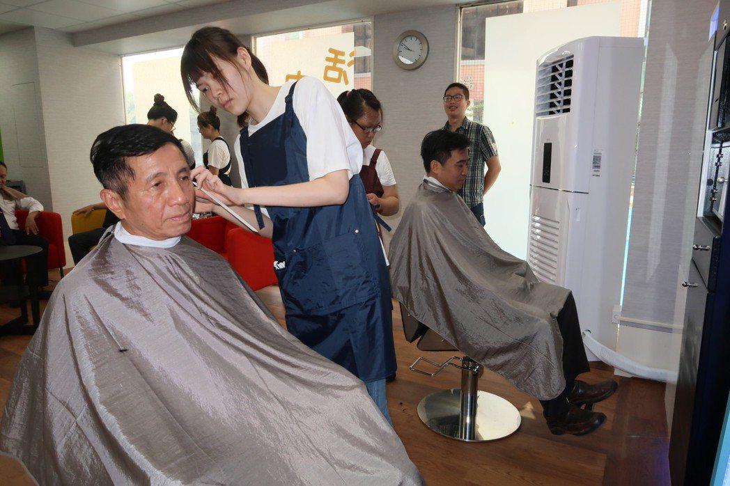快剪實習商店今天一開張,校長陳景川就成了第一位客人。記者翁禎霞/攝影