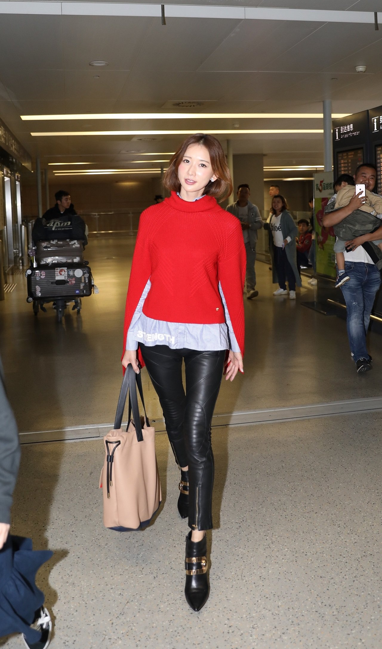 林志玲穿著VERSACE秋冬新裝現身上海虹橋國際機場。圖/VERSACE提供