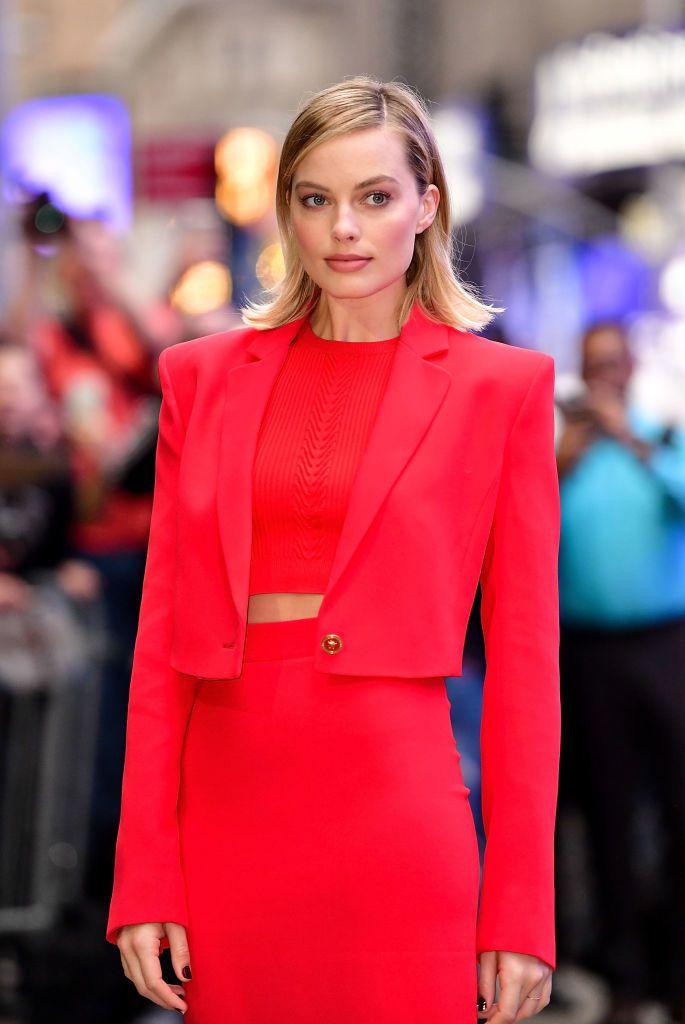 瑪格羅比穿著VERSACE 2018春夏女裝系列摩登紅色經典套裝,於美國ABC電...