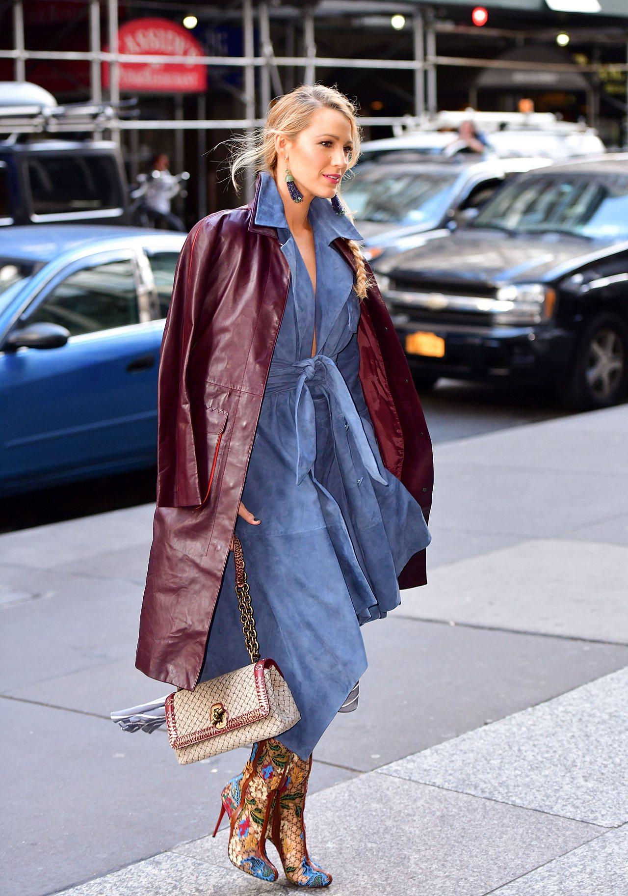 布蕾克萊佛莉穿Bottega Veneta 2018早春酒紅皮大衣配藍色洋裝,拎...