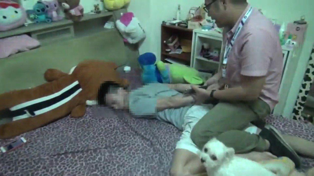 警方持搜索票上門壓制周姓男子,寵物狗狗不斷吠叫。記者蕭雅娟/翻攝