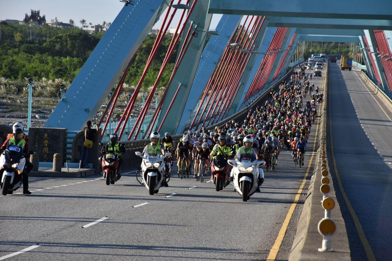 台灣自行車登山王挑戰明天鳴槍開賽,警方也將出動人力來維持,長達105公里賽道的順...