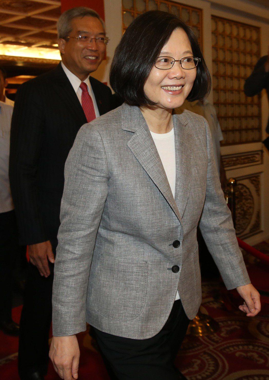 蔡英文總統(右)出席「2017財訊金融獎頒獎典禮」。記者林俊良/攝影