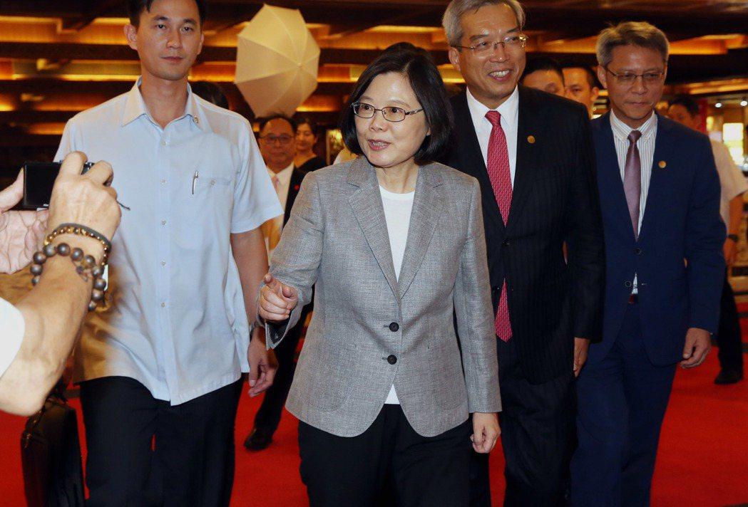 蔡英文總統(中)出席「2017財訊金融獎頒獎典禮」。記者林俊良/攝影