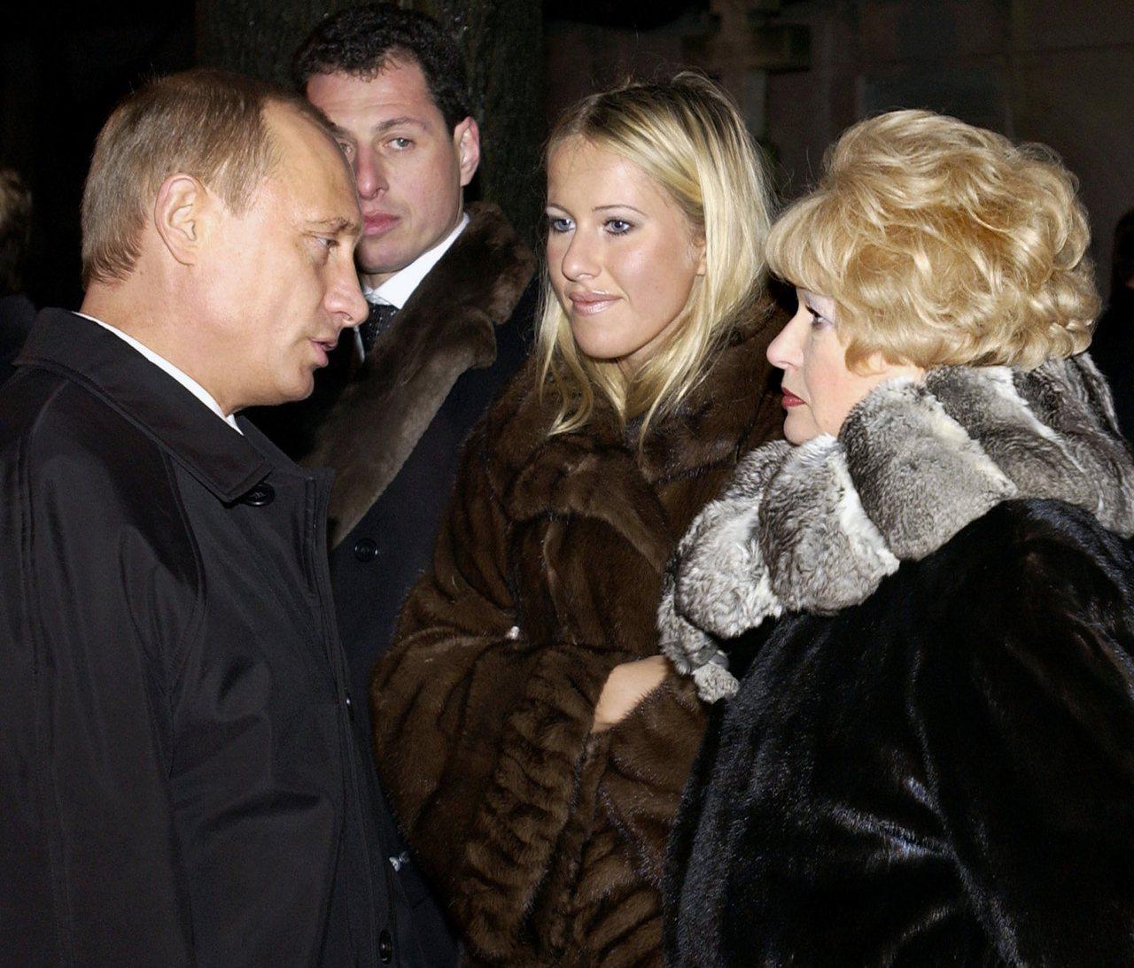 俄國總統普亭(左)與聖彼得堡首位民選市長索布恰克的遺孀(右)及其女兒克謝尼婭(右...