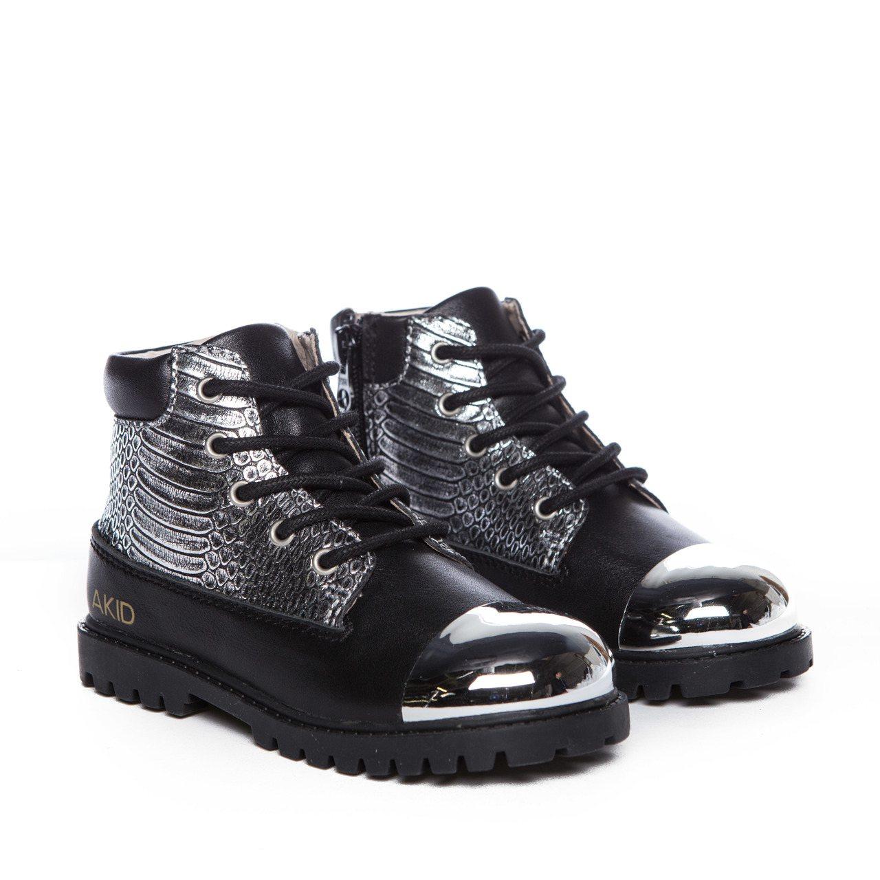AKID Atticus黑銀拼接蛇紋金屬裝飾高筒童靴,3,320元。圖/AKID...