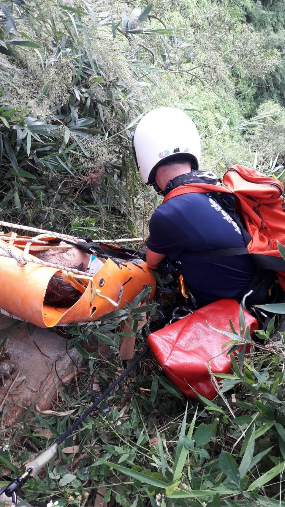 消防人員下到30公尺深的山谷,把受傷的黃姓男子救起。圖/南投縣消防局提供
