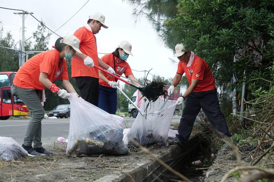 台塑六輕總動員為麥寮鄉大掃除。記者蔡維斌/攝影