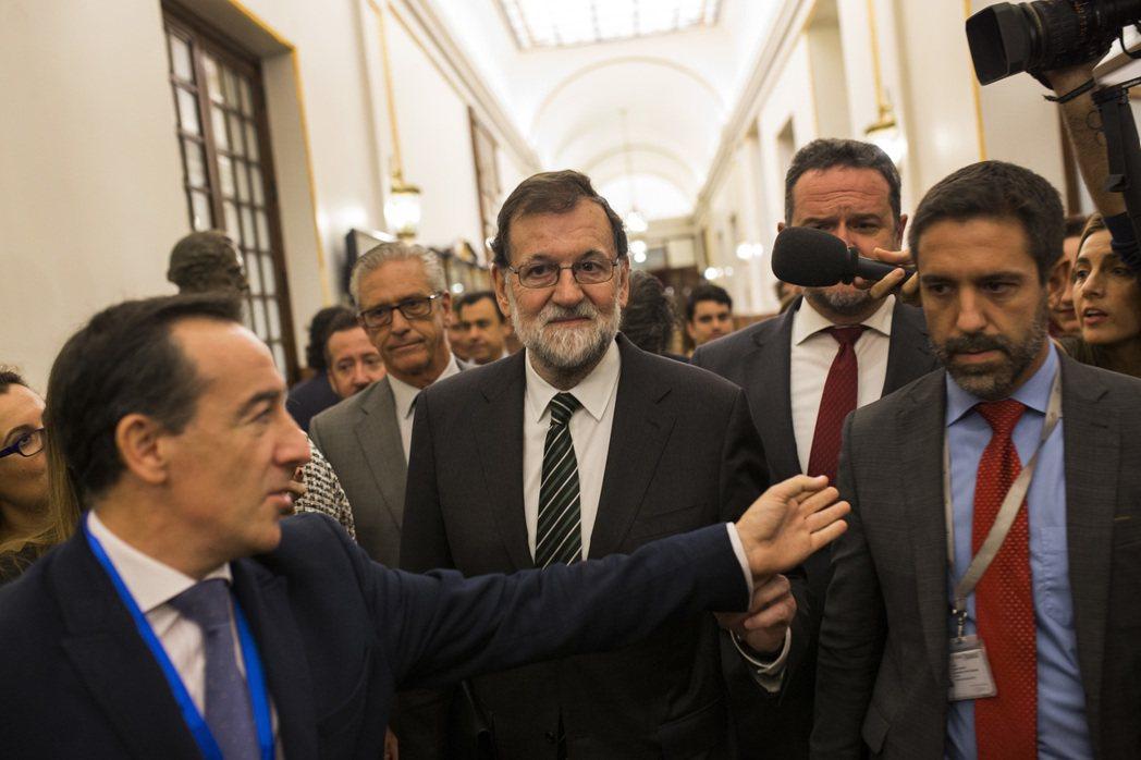 西班牙總理拉霍伊(中)日前公開加泰隆尼亞自治區主席來函,中央政府表示不會接受對方...