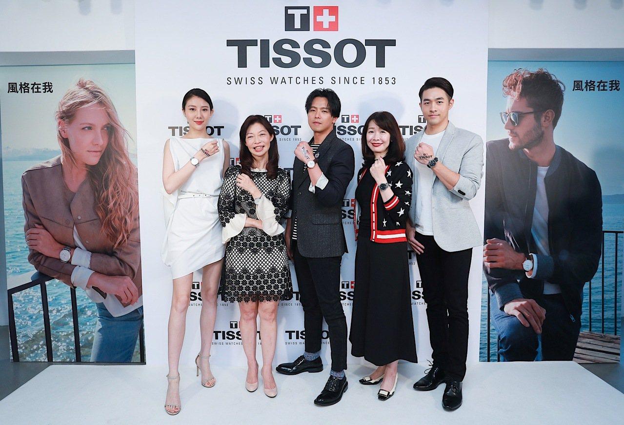 (左起)女模與天梭表副總經理李倩、黃鴻升與SWATCH集團台灣總經理李佩倩、男模...