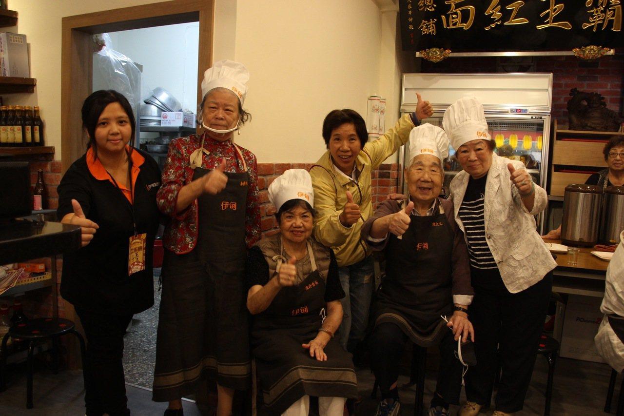 伊甸基金會邀請北投日照中心的失智長輩負責一日快閃餐廳。圖/伊甸基金會提供