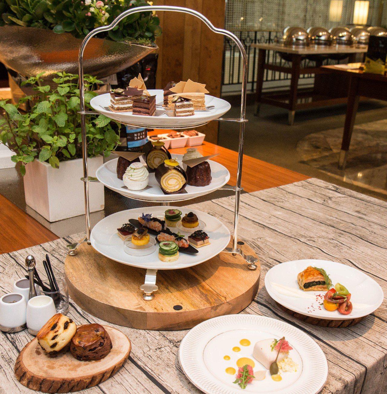 茶苑雙人午茶除了包含三層甜鹹點外,還有兩盤鹹點、司康。圖/台北君悅酒店提供