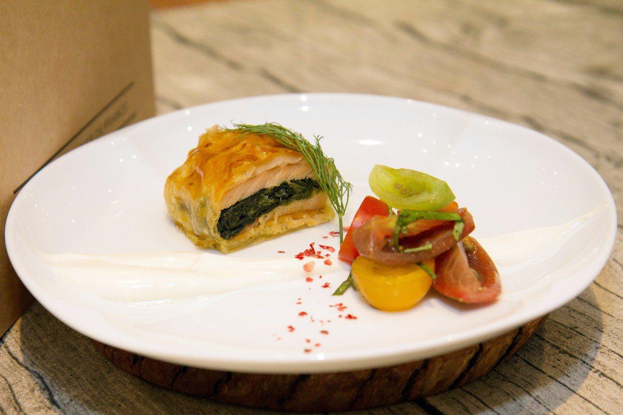 下午茶鹹點之一「威靈頓鮭魚」。圖/台北君悅酒店提供