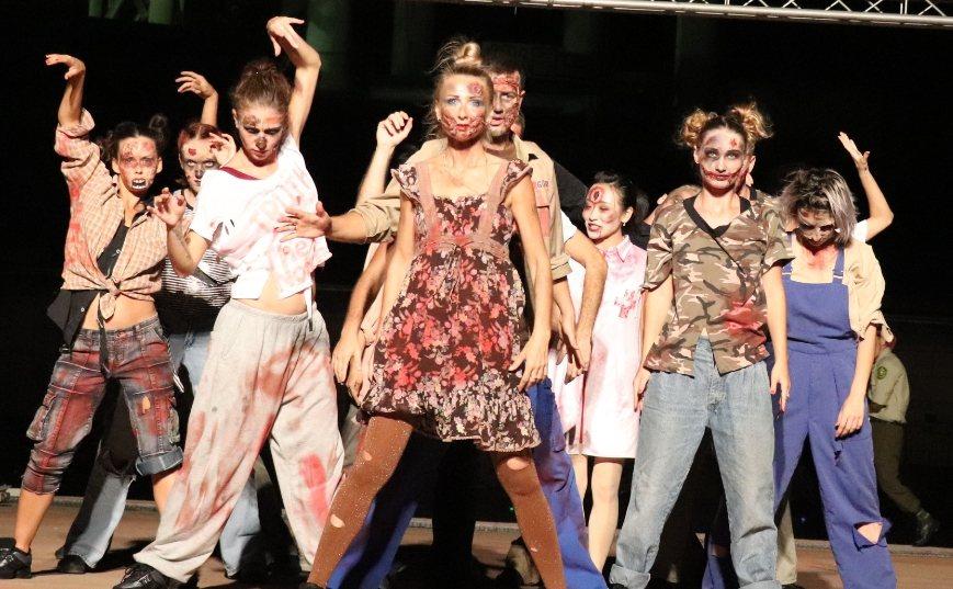 麗寶樂園「活屍驚魂錄」夜間秀表演。圖/麗寶樂園提供