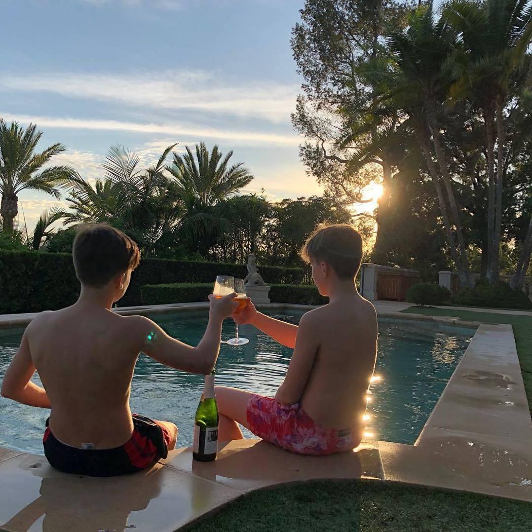 克魯茲貝克漢和友人乾杯被懷疑偷喝酒,引來抨擊。圖/摘自Instagram
