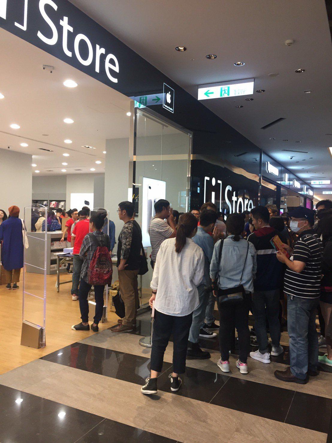 新光三越台北信義店iStore店門前的排隊民眾。圖/新光三越提供