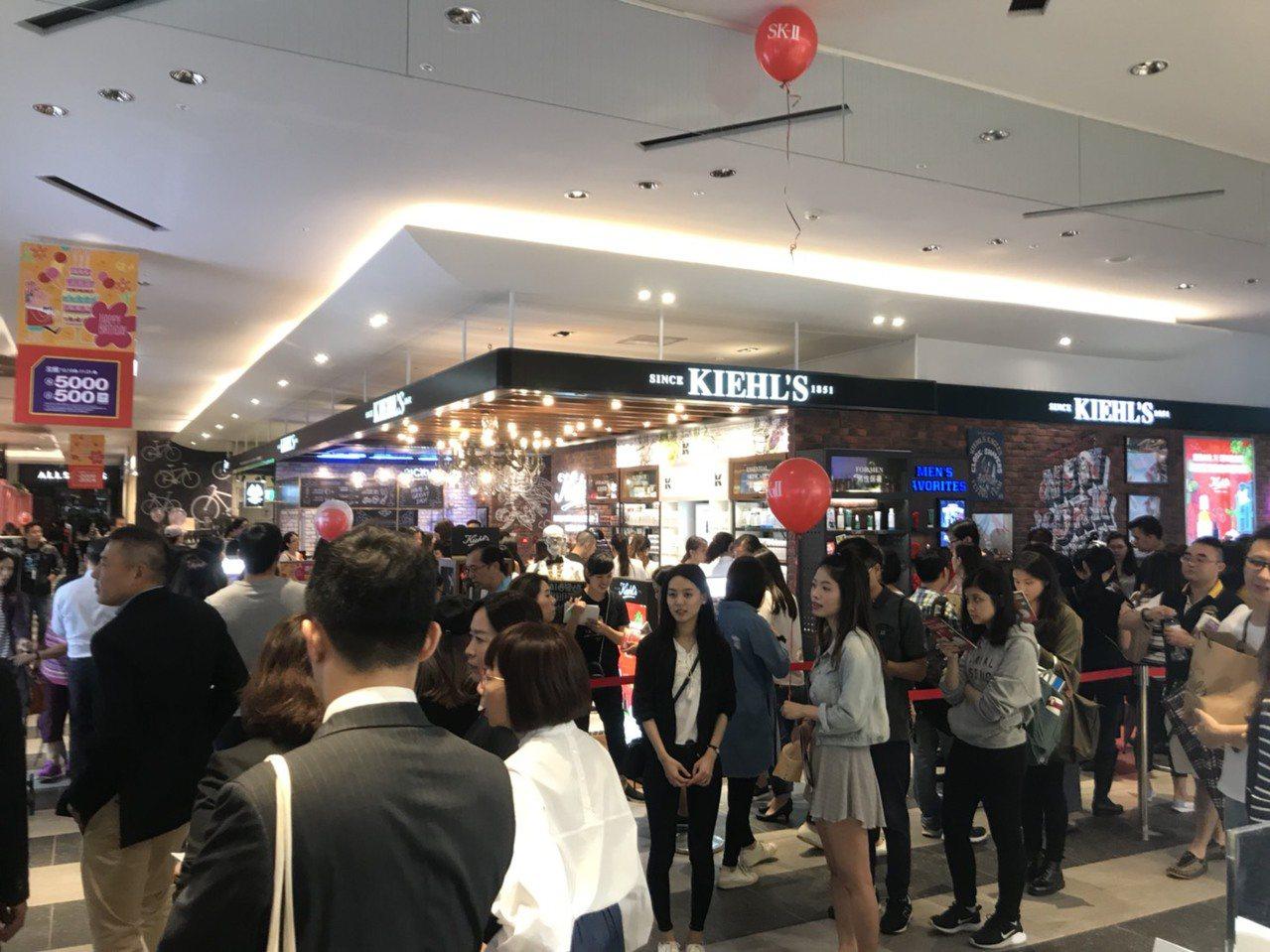 新光三越台北信義店,美妝樓面擠滿排隊搶購民眾。圖/新光三越提供