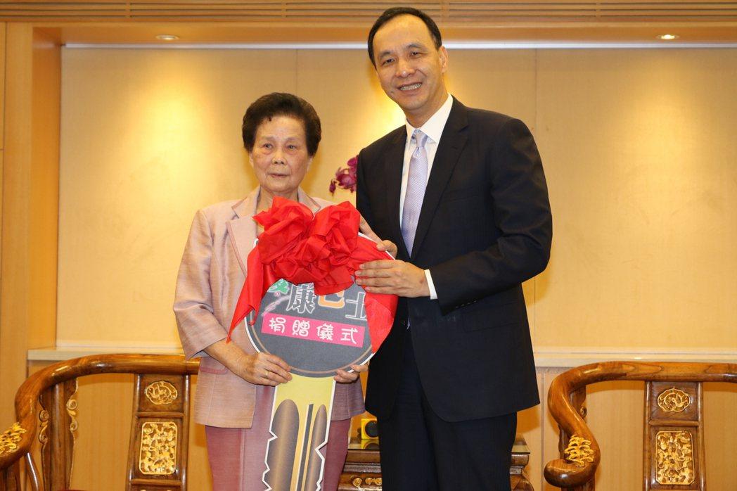 退休校長陳鸞嬌(左)以丈夫名義捐出「鴻莊號」復康巴士。圖/新北社會局提供