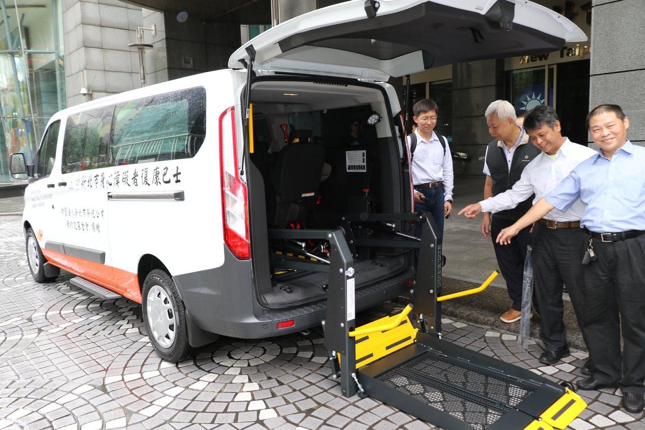 黃珍記基金會由董事長黃淡金(右)代表,捐贈復康巴士。圖/新北社會局提供